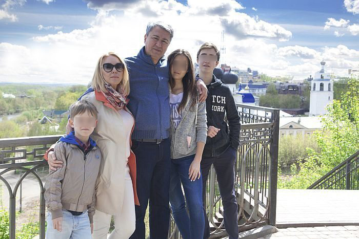 Депутат с семьёй на фоне русских берёзок и православных храмов. Фото © omvesti.ru