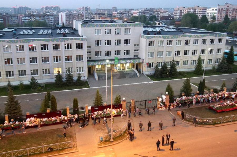 <p>Стихийный мемориал у казанской гимназии № 175, где в результате стрельбы 11 мая погибло 9 человек. Фото © ТАСС / Егор Алеев</p>