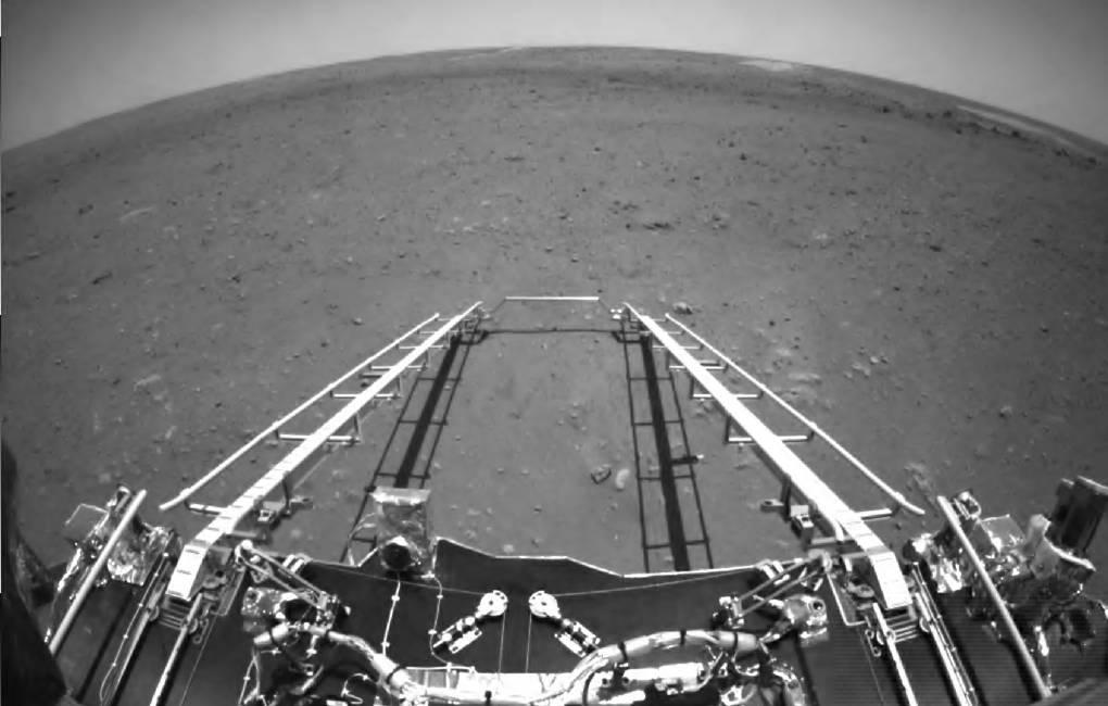 Китайский марсоход прислал фото и видео с поверхности Красной планеты