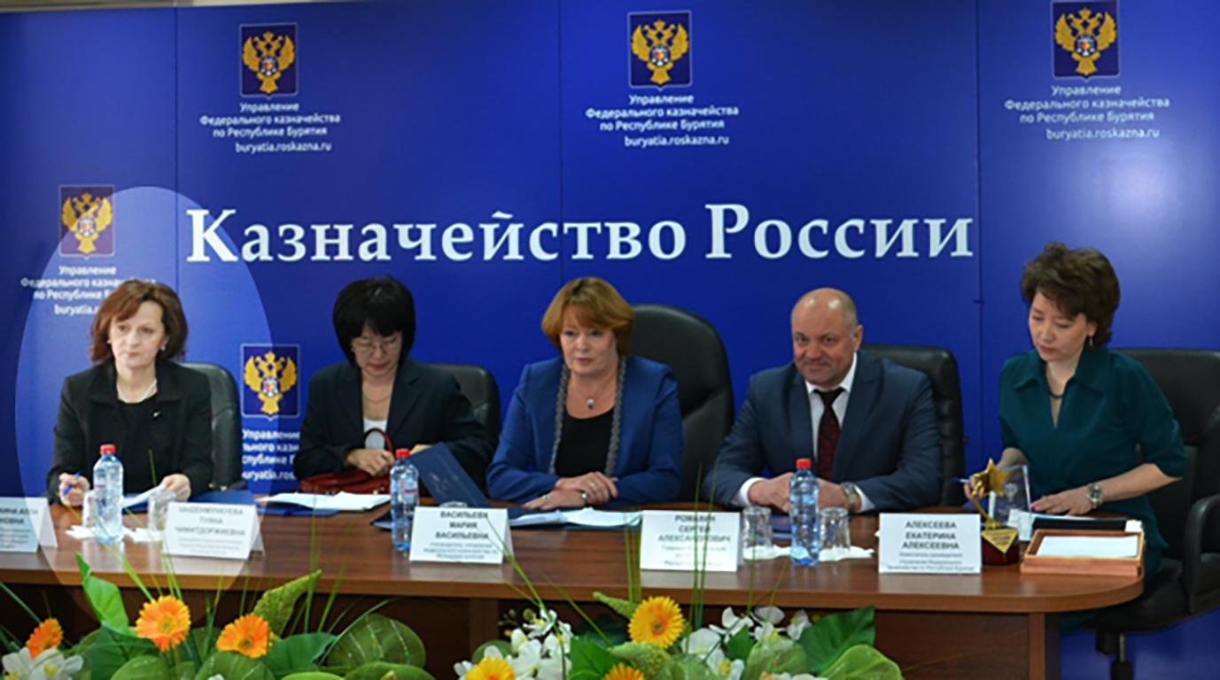 Крайняя слева — Алла Пронькина, в центре — Мария Васильева. Фото ©buryatia.roskazna.gov.ru