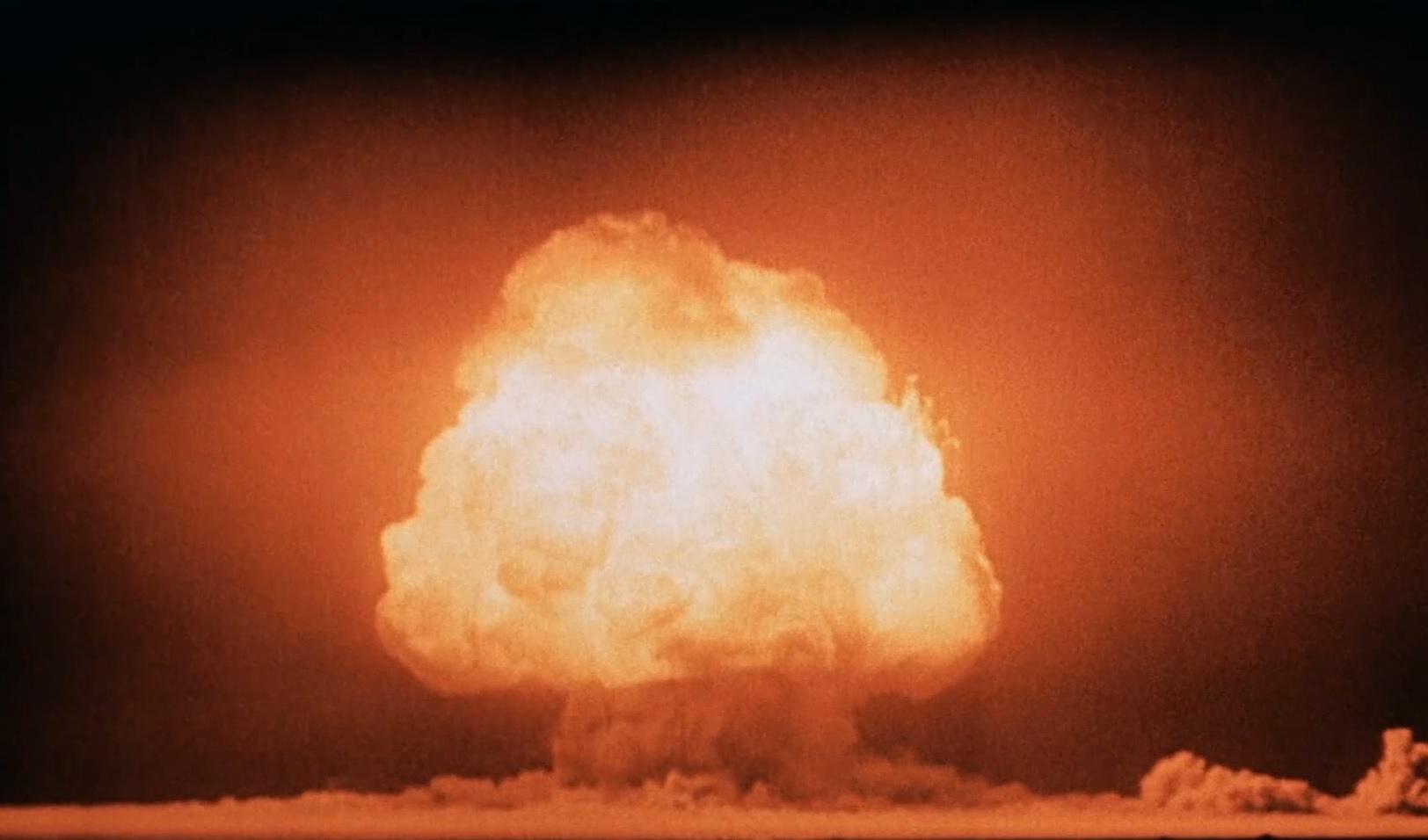 "<p>Грибовидное облако через несколько секунд после детонации первой атомной бомбы на полигоне Аламогордо, 16 июля 1945 года.<em style=""font-style: italic;""> </em>Фото © <a href=""https://ru.wikipedia.org/wiki/%D0%A2%D1%80%D0%B8%D0%BD%D0%B8%D1%82%D0%B8_(%D0%B8%D1%81%D0%BF%D1%8B%D1%82%D0%B0%D0%BD%D0%B8%D0%B5)"" target=""_blank"" rel=""noopener noreferrer"">Wikipedia</a></p>"