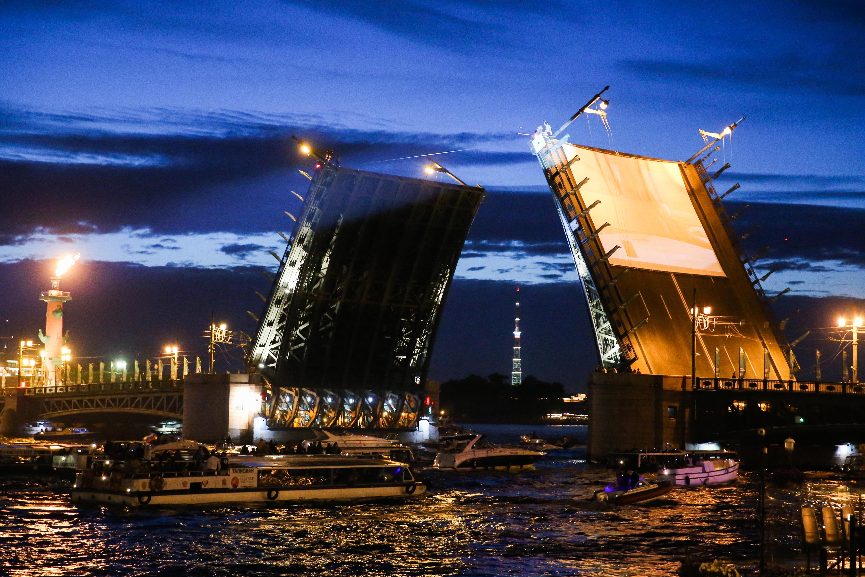 Поющие мосты и лазерное шоу откроют празднование Дня города в Петербурге