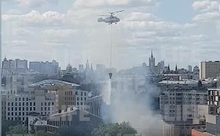 В Москве с вертолёта тушат крупный пожар на Серебрянической набережной