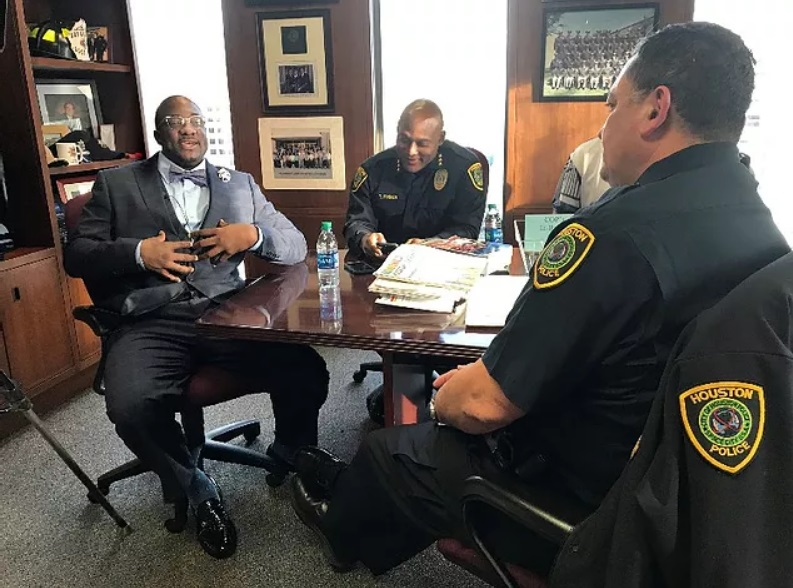 Грант принимает извинения от хьюстонской полиции. Фото © Matt Keyser