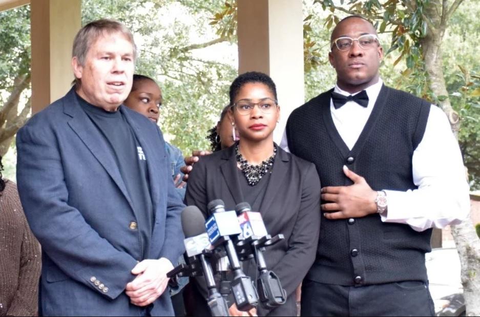 Лиделл Грант с адвокатами после освобождения. Фото © Matt Keyser