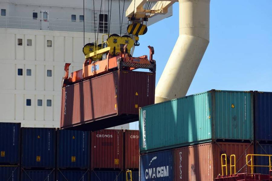 Погрузка контейнеров на территории Морского торгового порта Усть-Луга. Фото © ТАСС / Сергей Николаев