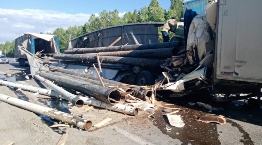 От удара трубы развалился кузов машины. Фото © e1.ru