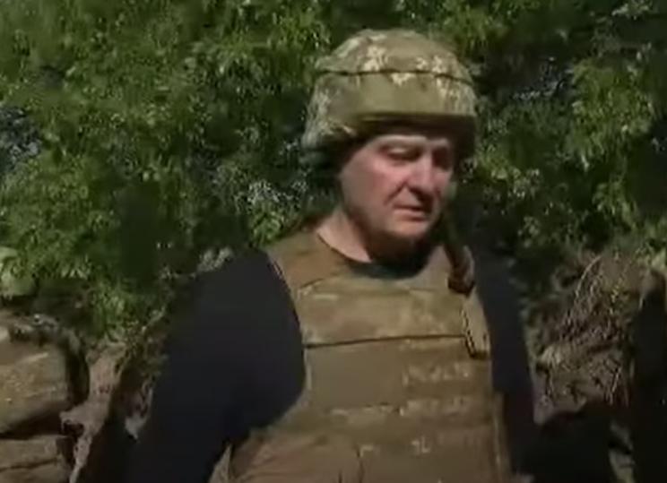 Подозрительно шатающийся Порошенко приехал в Донбасс с клубникой для военных