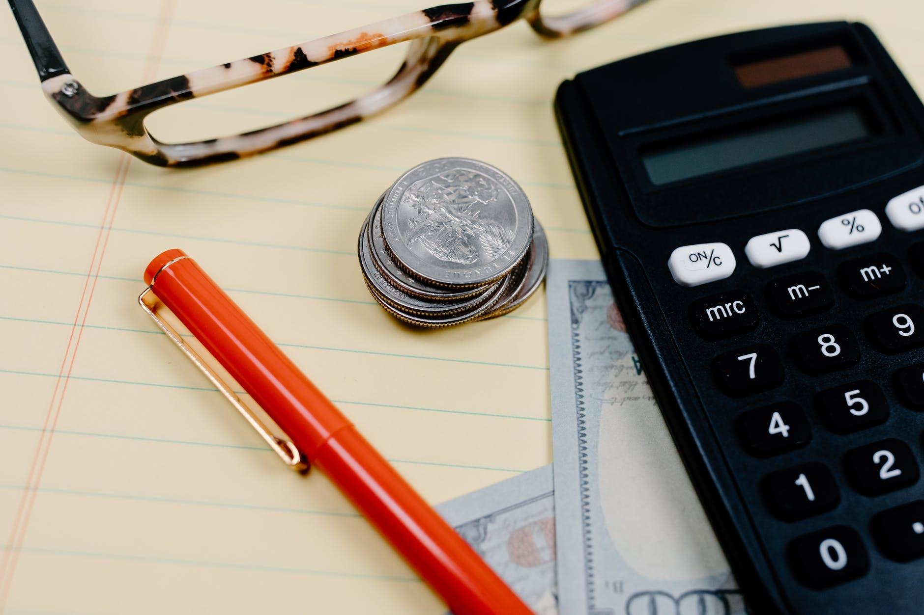 Спастись от кризиса: Финансист рассказал, в чём менее опасно хранить деньги