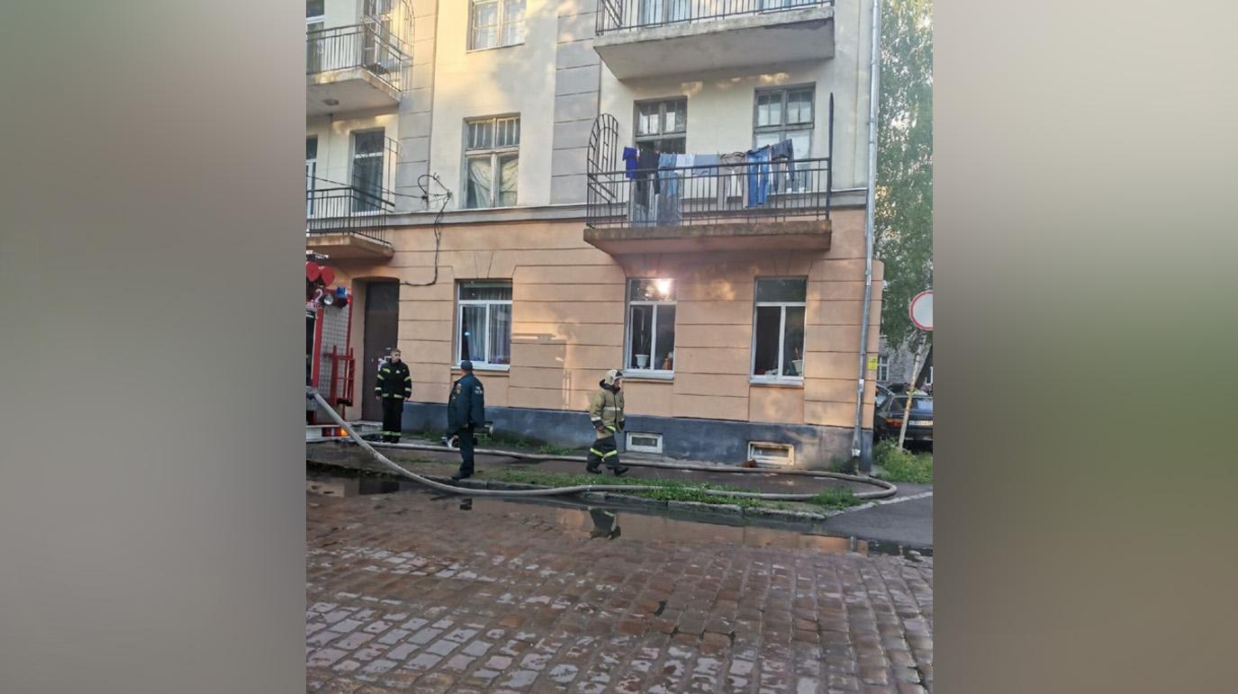 Не раздумывал: Под Калининградом прохожий спас из горящей квартиры двух детей