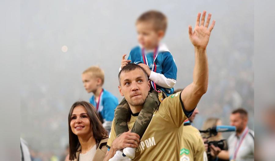 """<p>Игрок """"Зенита"""" Артём Дзюба с супругой Кристиной и сыном. Фото © ТАСС / Пётр Ковалёв</p>"""