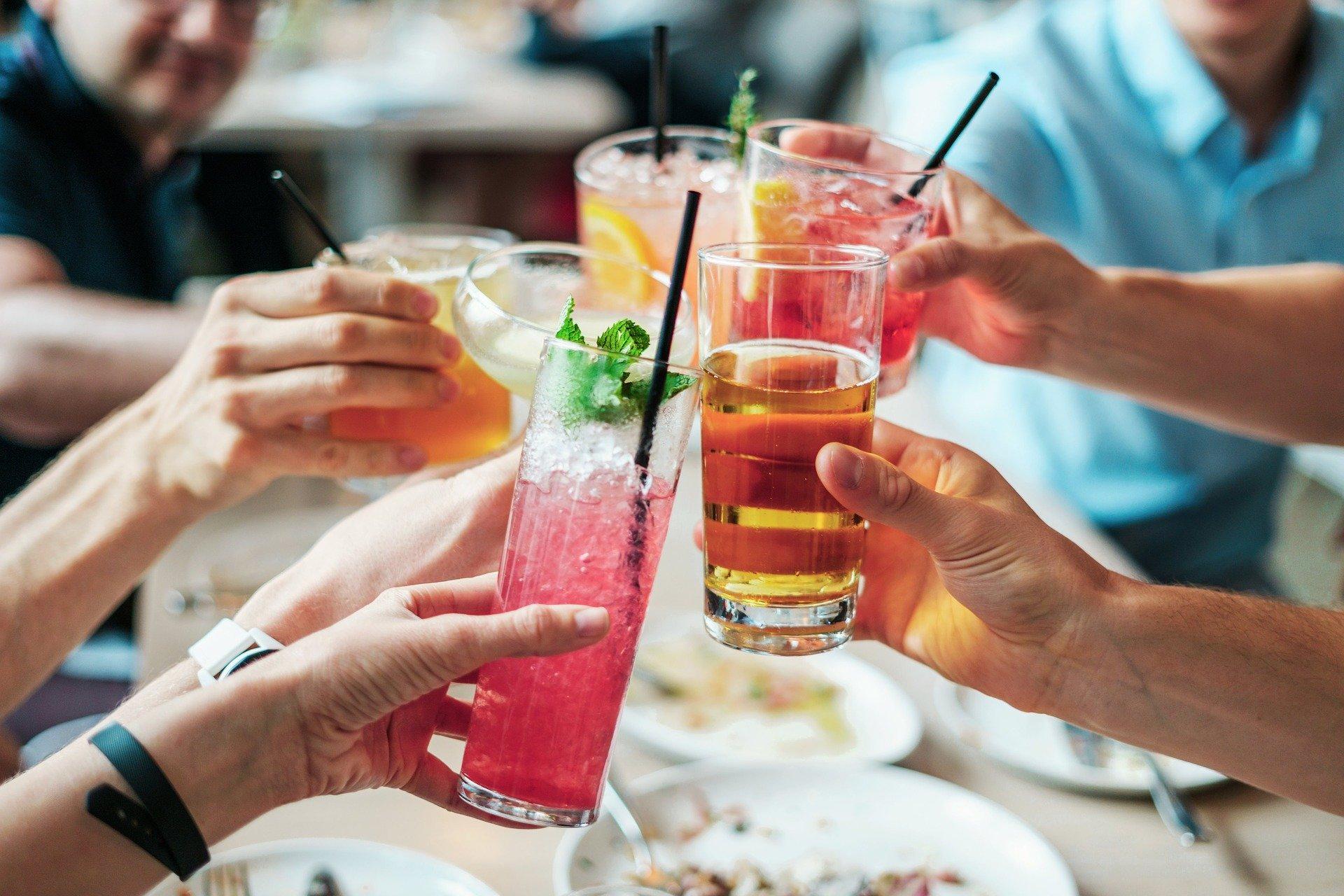 Как не отравиться алкоголем на праздниках: нарколог дал несколько советов