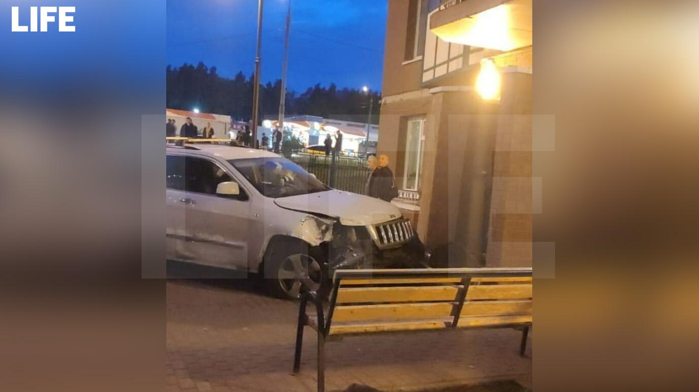 В подмосковном Красногорске водитель внедорожника вылетел с дороги, снёс забор и врезался в жилой дом