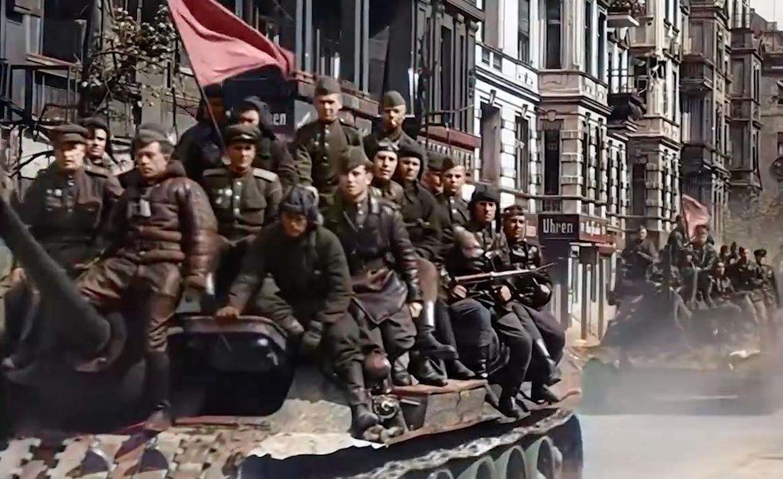 Кадры с Парада советских войск в Берлине в мае 1945-го раскрасили с помощью нейросетей