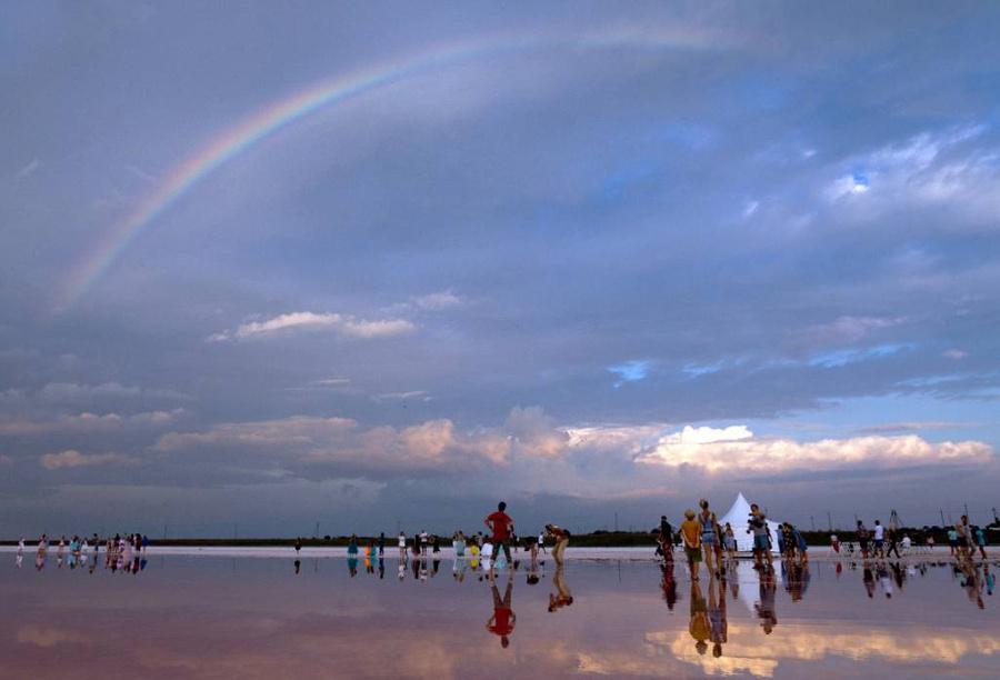<p>Крым, люди на пляже в Евпатории. Фото © ТАСС / Мальгавко Сергей</p>