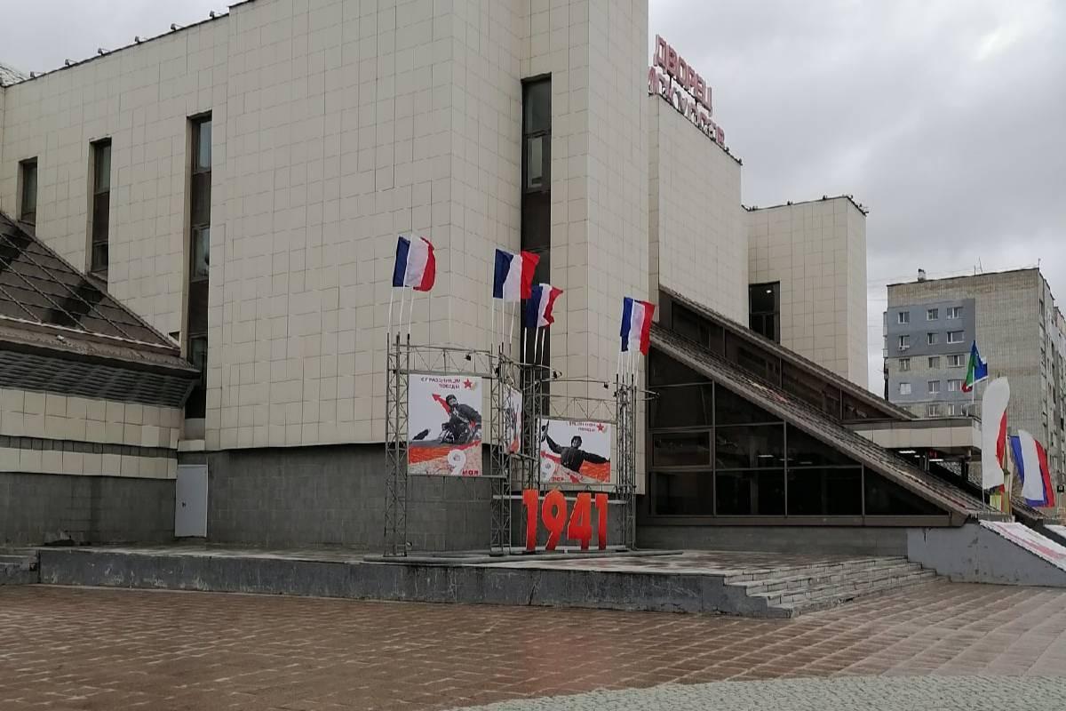 Власти Нижневартовска объяснили появление флагов Франции в центре города
