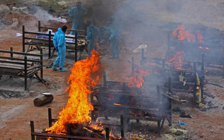 <p>Кремация жертв ковида на окраине Бангалора в Индии. Фото © EPA / ТАСС</p>