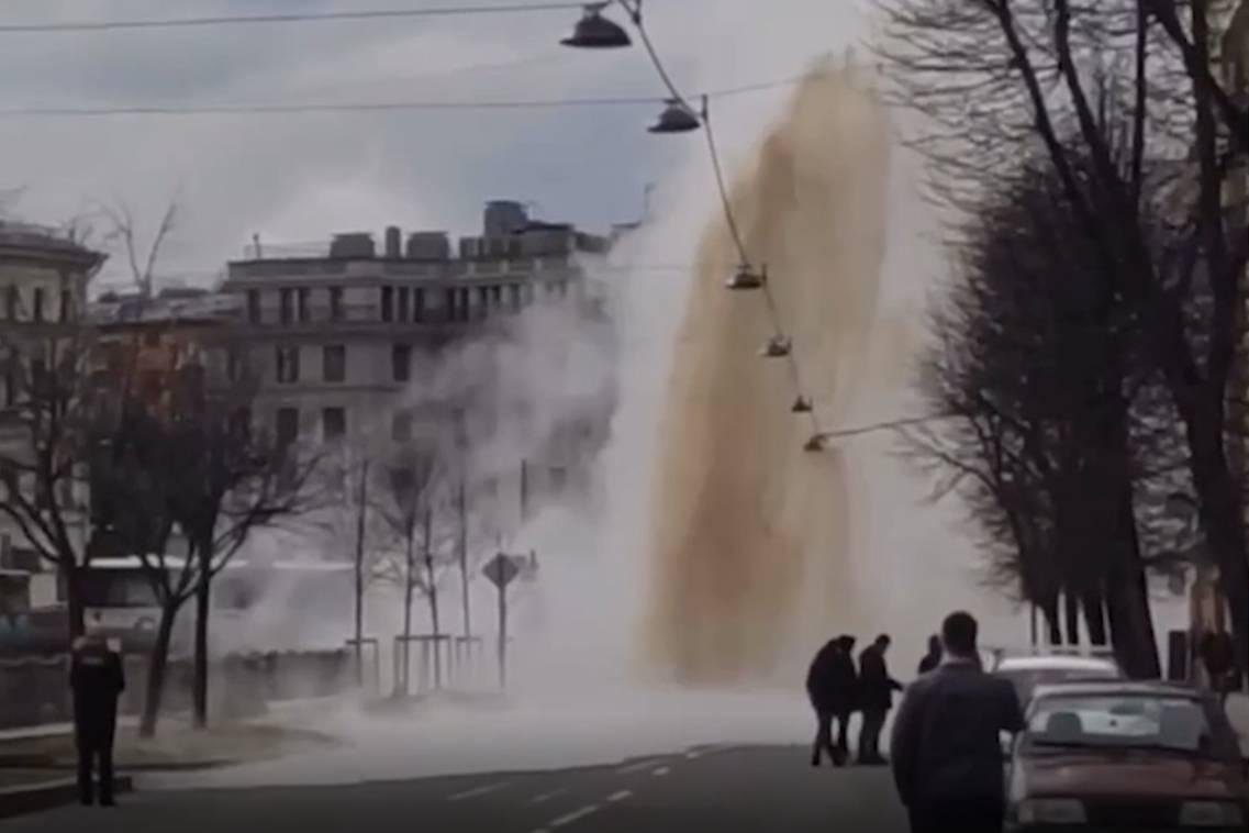 Мощный гейзер высотой с дом образовался в самом центре Петербурга