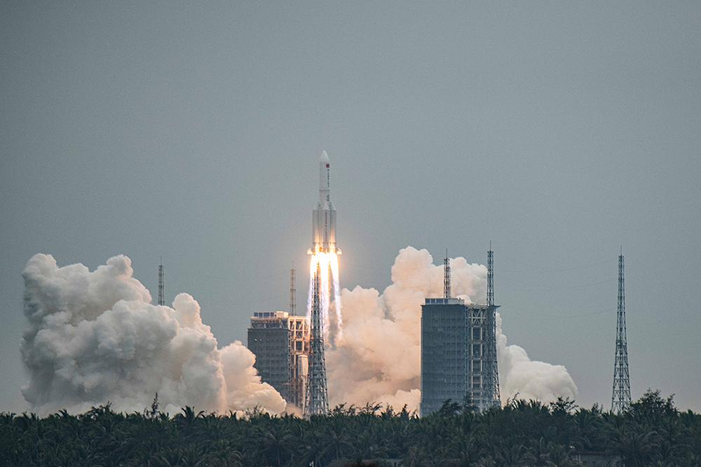 """Роскосмос предсказал места возможного падения """"бешеной"""" китайской ракеты"""