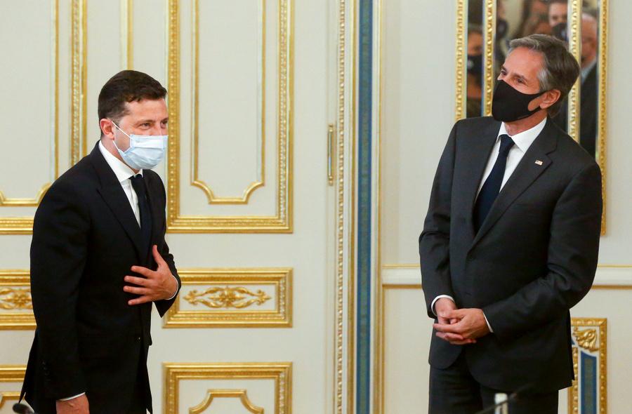<p>Президент Украины Владимир Зеленский (слева) и госсекретарь США Энтони Блинкен (справа). Фото © ТАСС / АР</p>