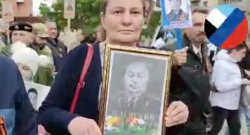 """В """"Бессмертном полку"""" в Донбассе пронесли портрет деда Зеленского в укор его внуку"""
