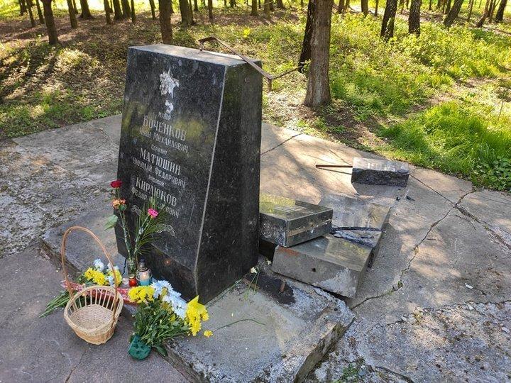 """<p>Фото © <a href=""""https://zaxid.net/na_lvivshhini_vandali_ponishhili_pamyatnik_radyanskim_soldatam_n1518644"""" target=""""_blank"""" rel=""""noopener noreferrer"""">Zaxid.net</a></p>"""