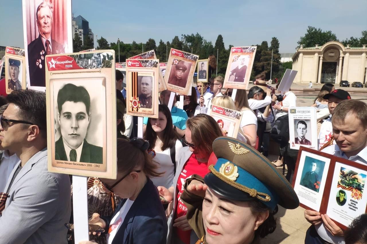 В Пекине и Шанхае сотни людей приняли участие в акции Бессмертный полк