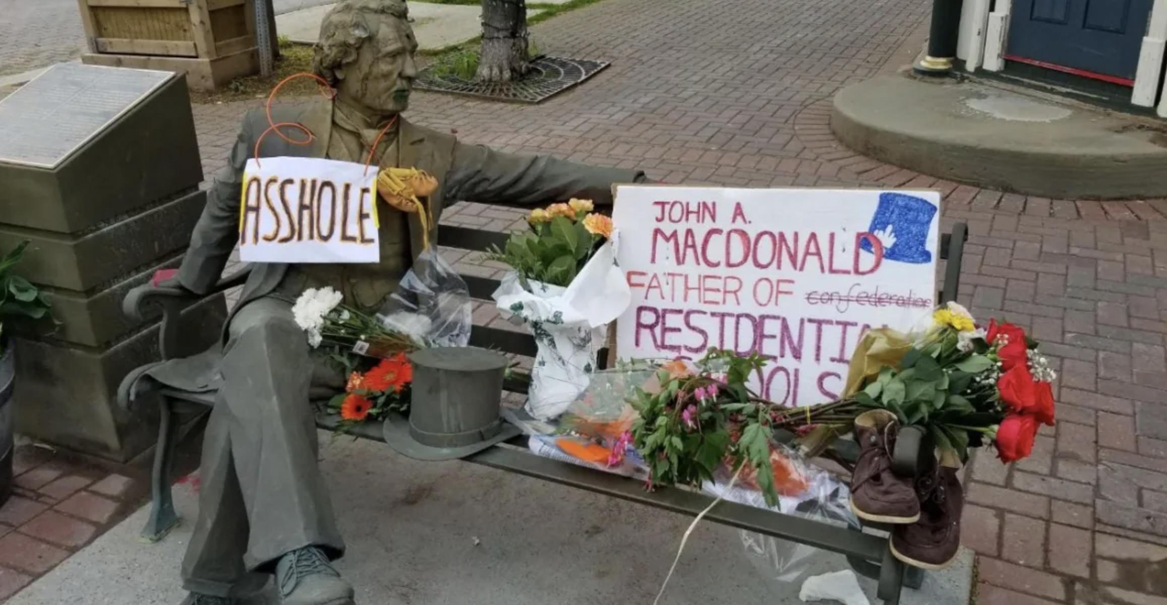 Памятник основателю Канады демонтировали из-за скандала со школами для индейцев