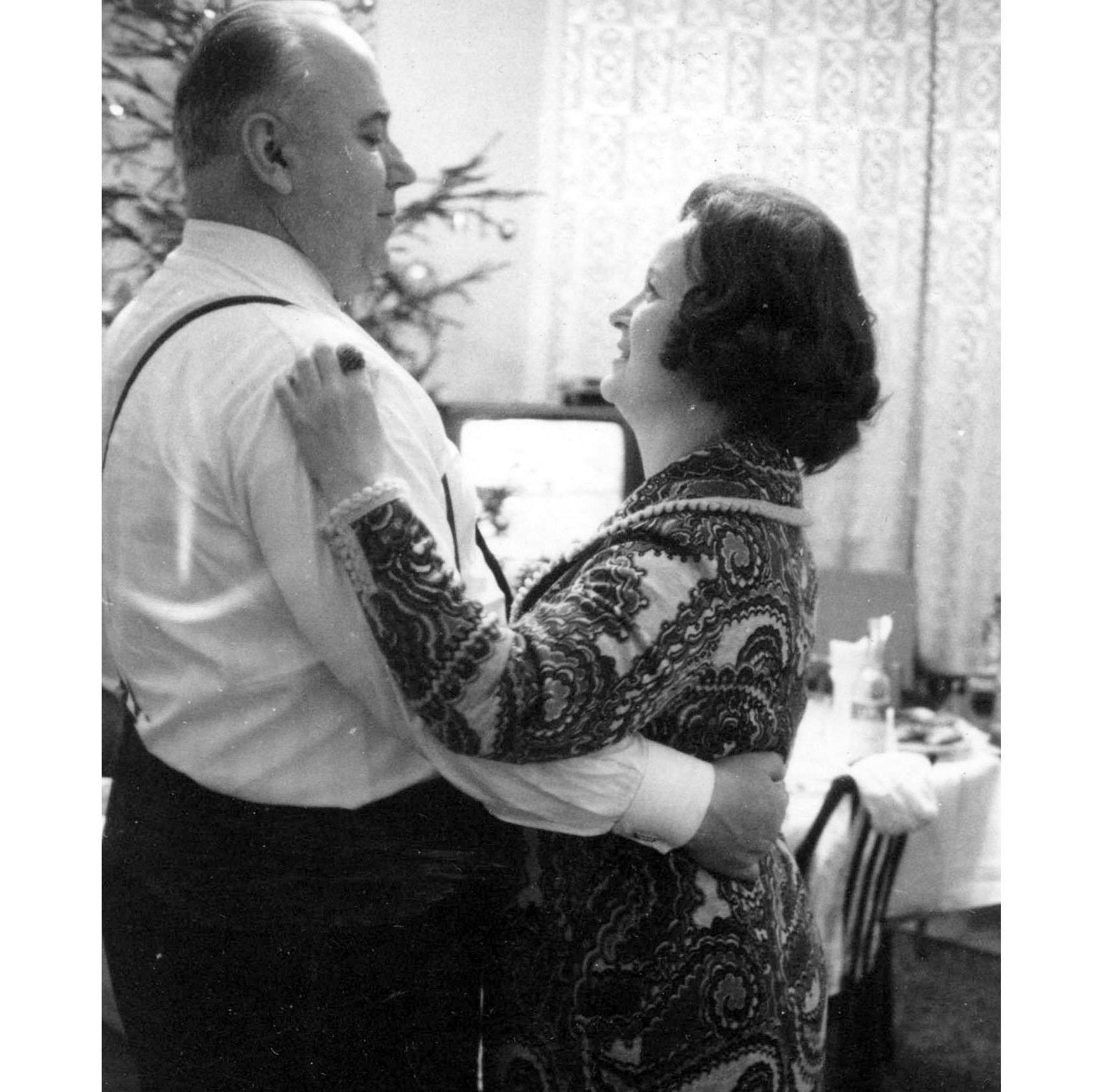Семён Кузьмич Цвигун со своей супругой Розой Михайловной на даче в Подмосковье, 1970-е гг. Фото © generaltsvigun.ru