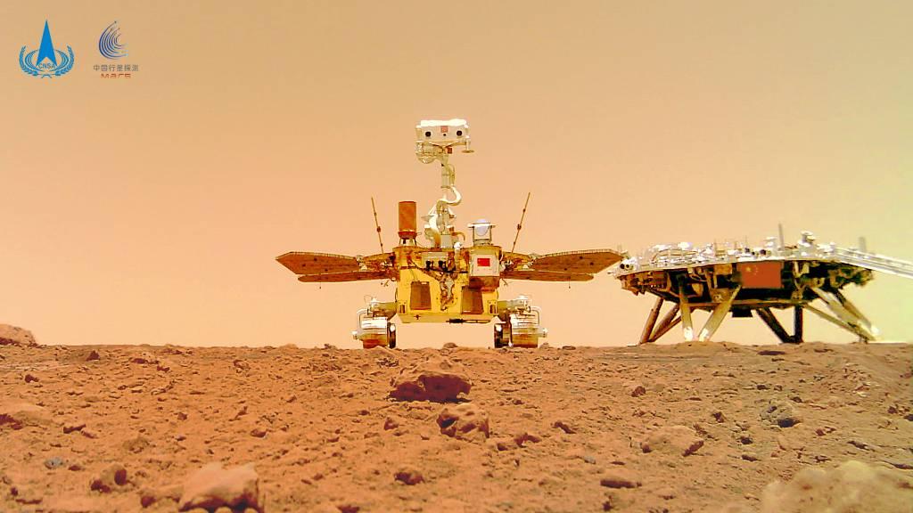 Китайский марсоход Чжужун сделал селфи на поверхности Красной планеты
