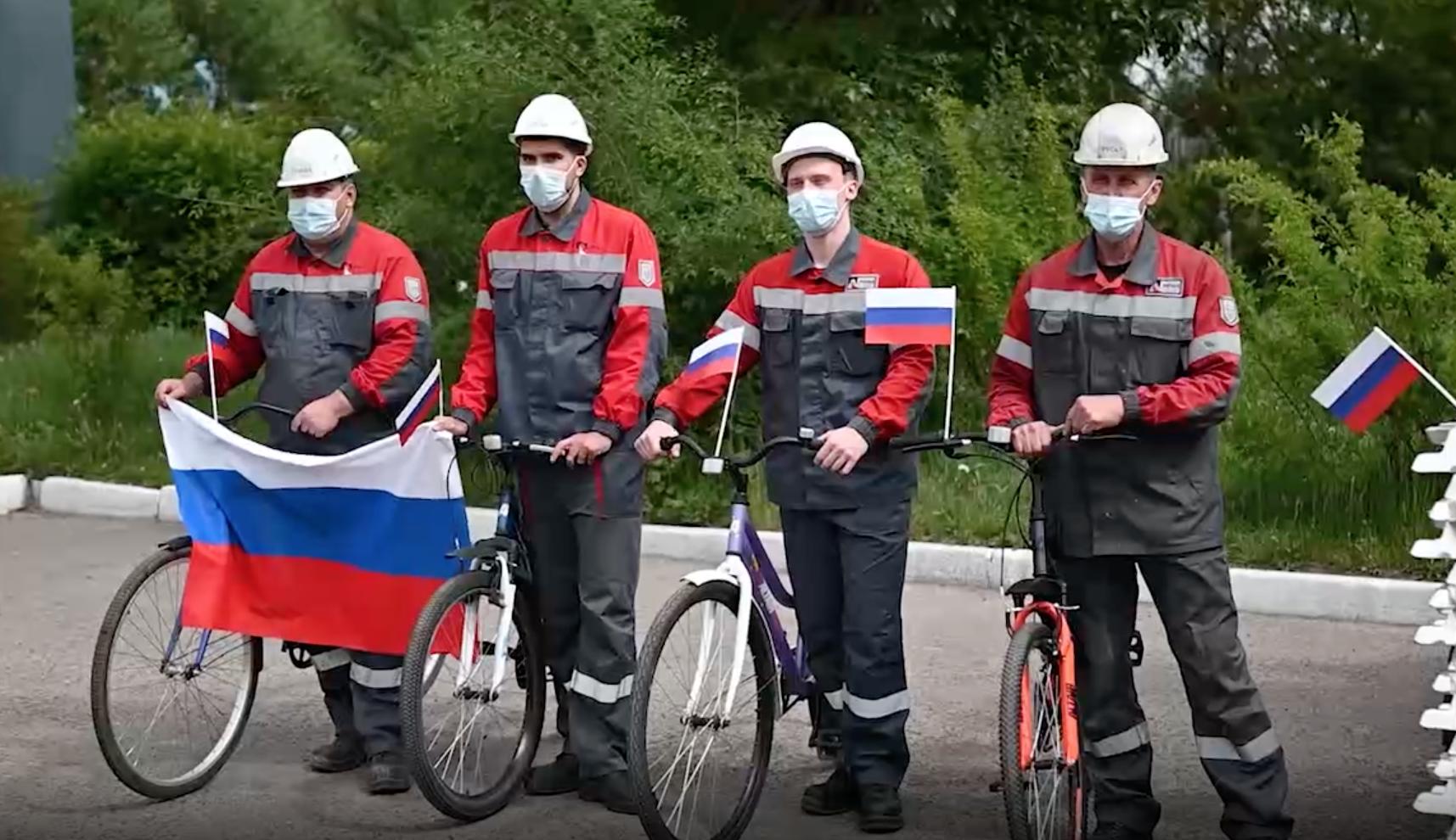 Сотрудники РУСАЛа устроили велозаезд по заводу с флагами в честь Дня России