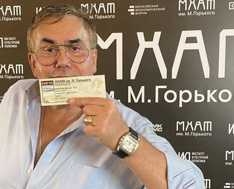 Садальский оценил дебют Бузовой на сцене МХАТа, назвав обезьянкой