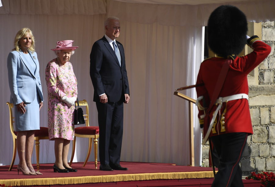 "<p>Джилл Байден, королева Елизавета II и Джо Байден. Фото © facebook.com / <a href=""https://www.facebook.com/TheBritishMonarchy/photos/pcb.4309144469107350/4309141305774333"" target=""_blank"" rel=""noopener noreferrer"">TheBritishMonarchy</a></p>"