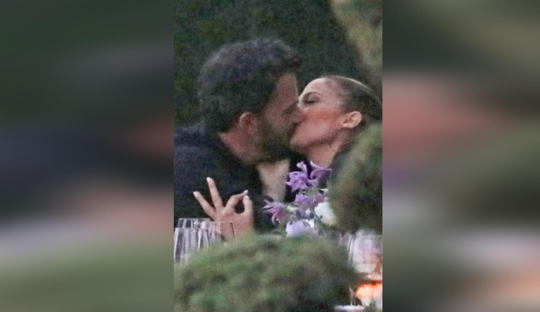 """Ну наконец-то!"": Джей Ло и Бен Аффлек застигнуты папарацци за поцелуем"