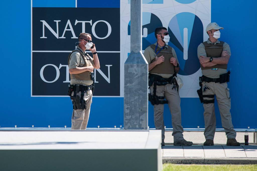 Страны НАТО договорились наращивать военные расходы