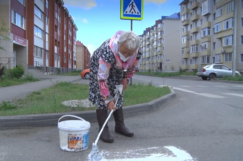 В Алтайском крае пенсионерка смастерила кисть из швабры и покрасила зебру на перекрёстке