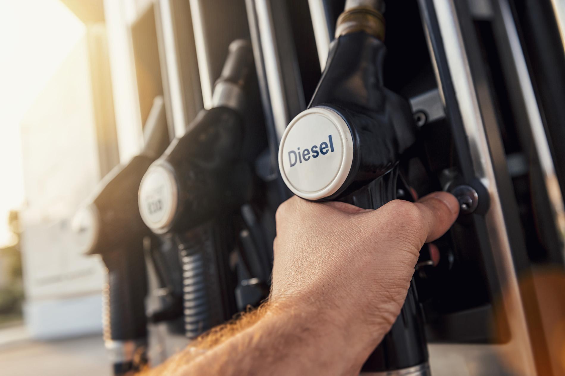 Дизель на бирже побил исторический рекорд: Как теперь изменятся цены на бензин, стоимость продуктов и товаров