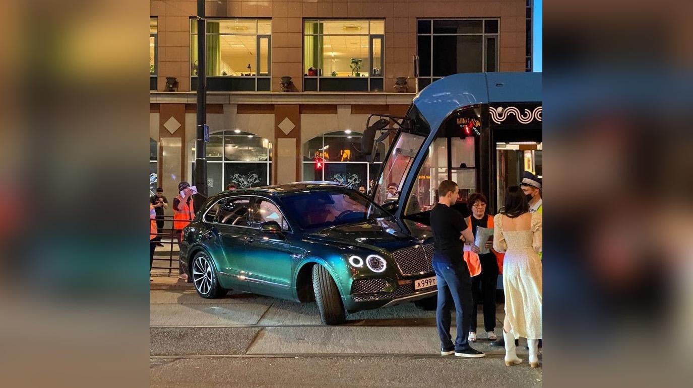 В центре Москвы Bentley жены миллионера въехал в трамвай