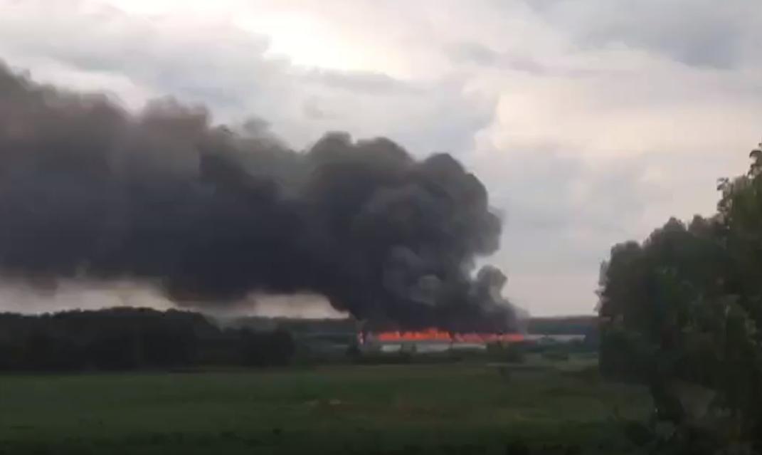 В Челябинской области из-за молнии загорелся цех птицефабрики на площади четыре тысячи квадратов