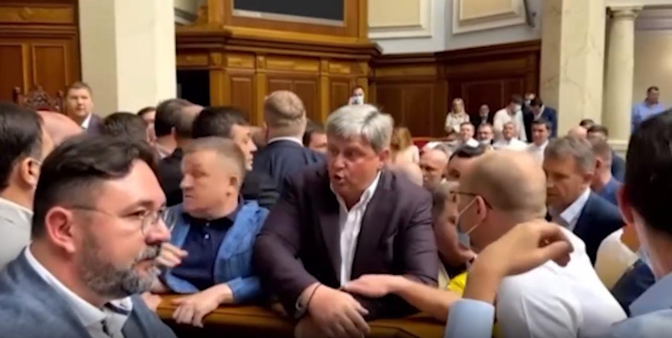 Извиняйся перед нами: Депутаты Рады устроили массовую драку из-за призыва расстрелять нардепов-оппозиционеров