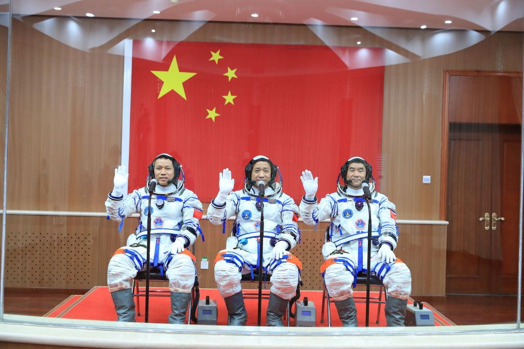 """Китайские астронавты перед запуском космической миссии """"Шэньчжоу-12"""". Фото © Getty Images / VCG"""