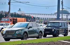 Гелик (на заднем плане), вероятно, используется в качестве машины сопровождения. Фото © nomerogram.ru