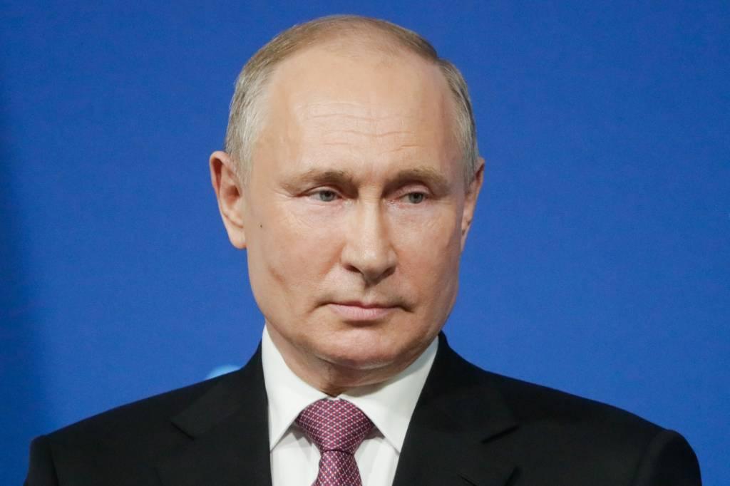 Песков объяснил, почему Путин не стал подписывать закон об ответственности СМИ за фейки