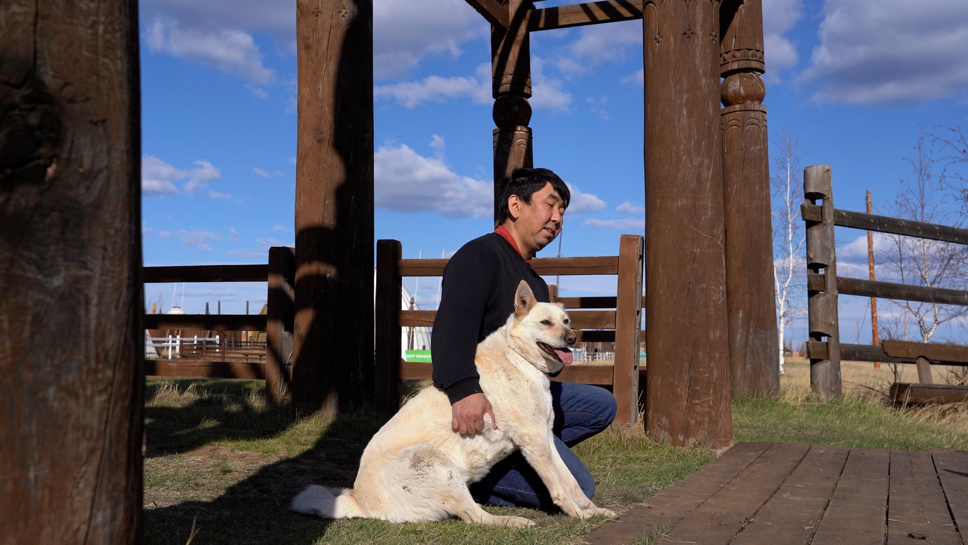 Дмитрий Иванов с собакой-клоном. Фото © LIFE