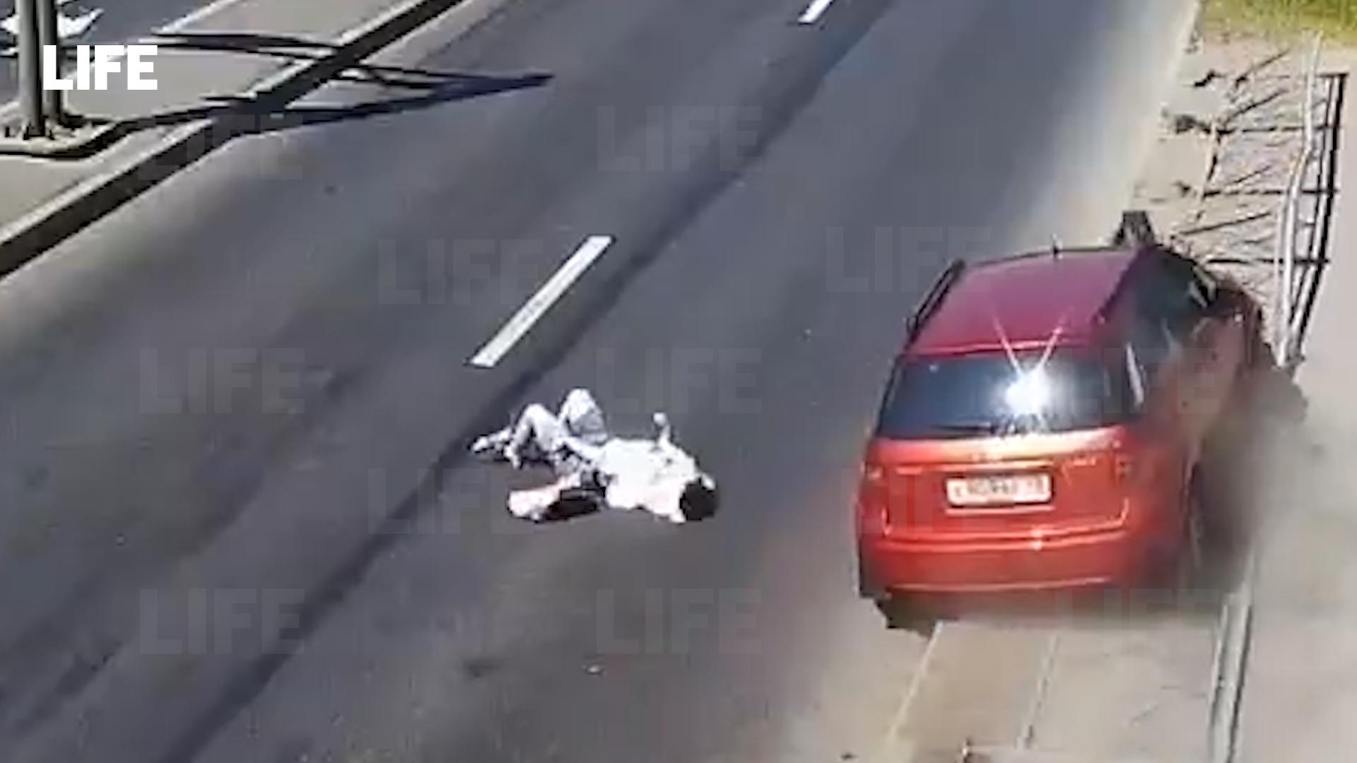 В Петербурге водитель кроссовера пошёл на обгон и снёс девушку прямо на зебре