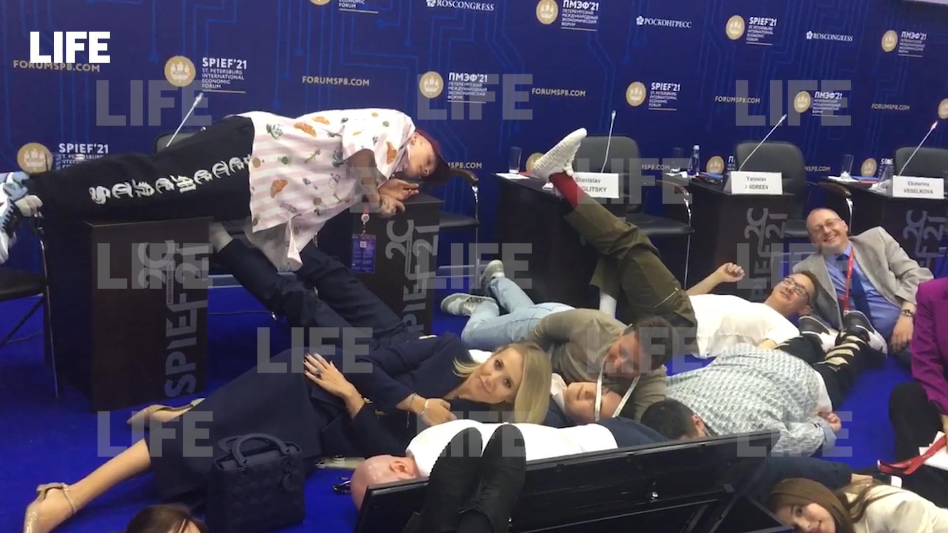 Даня Милохин снял на ПМЭФ видео с валяющейся на полу Собчак для TikTok