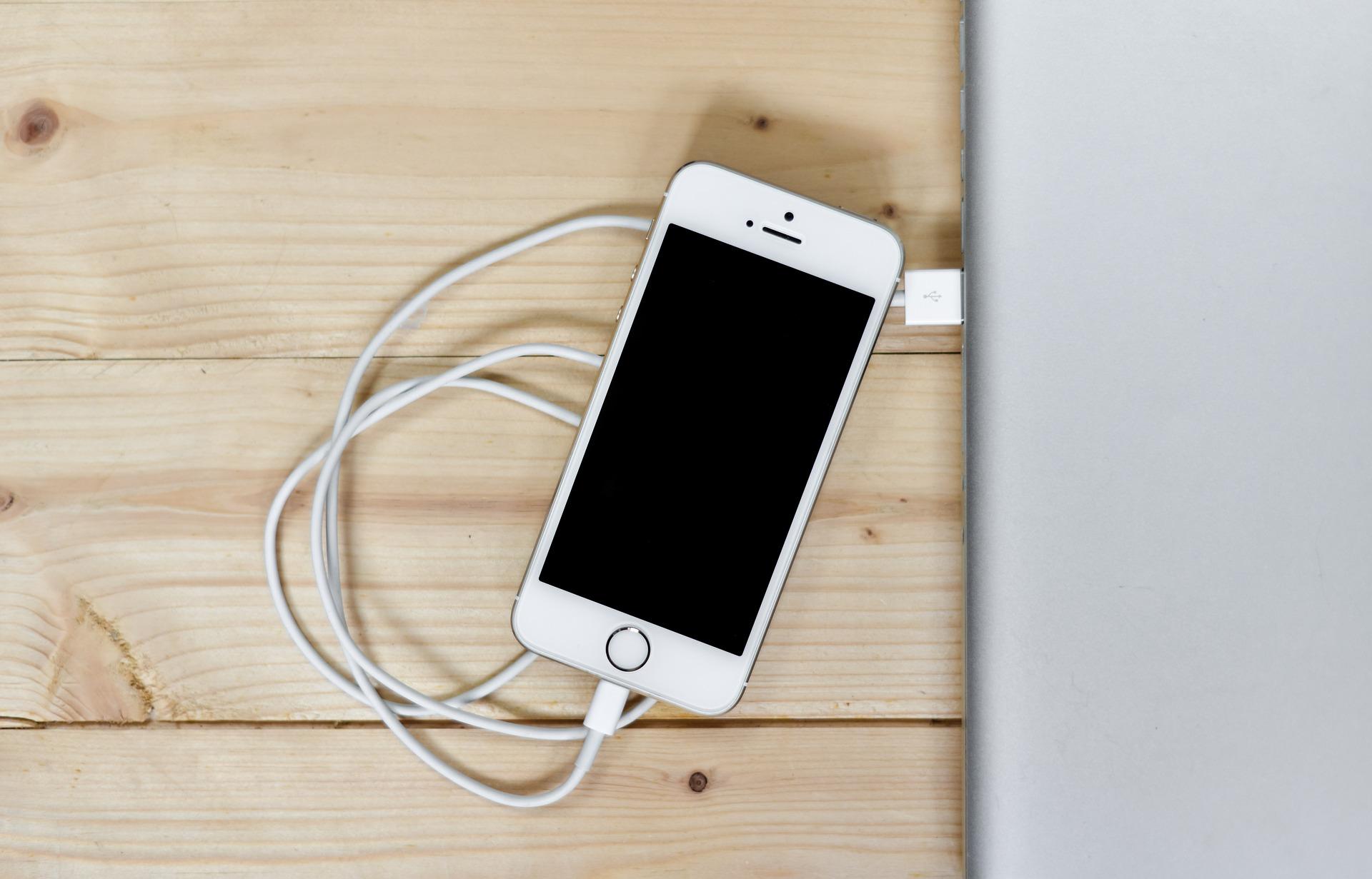 Взламывать телефон научились через провод зарядки