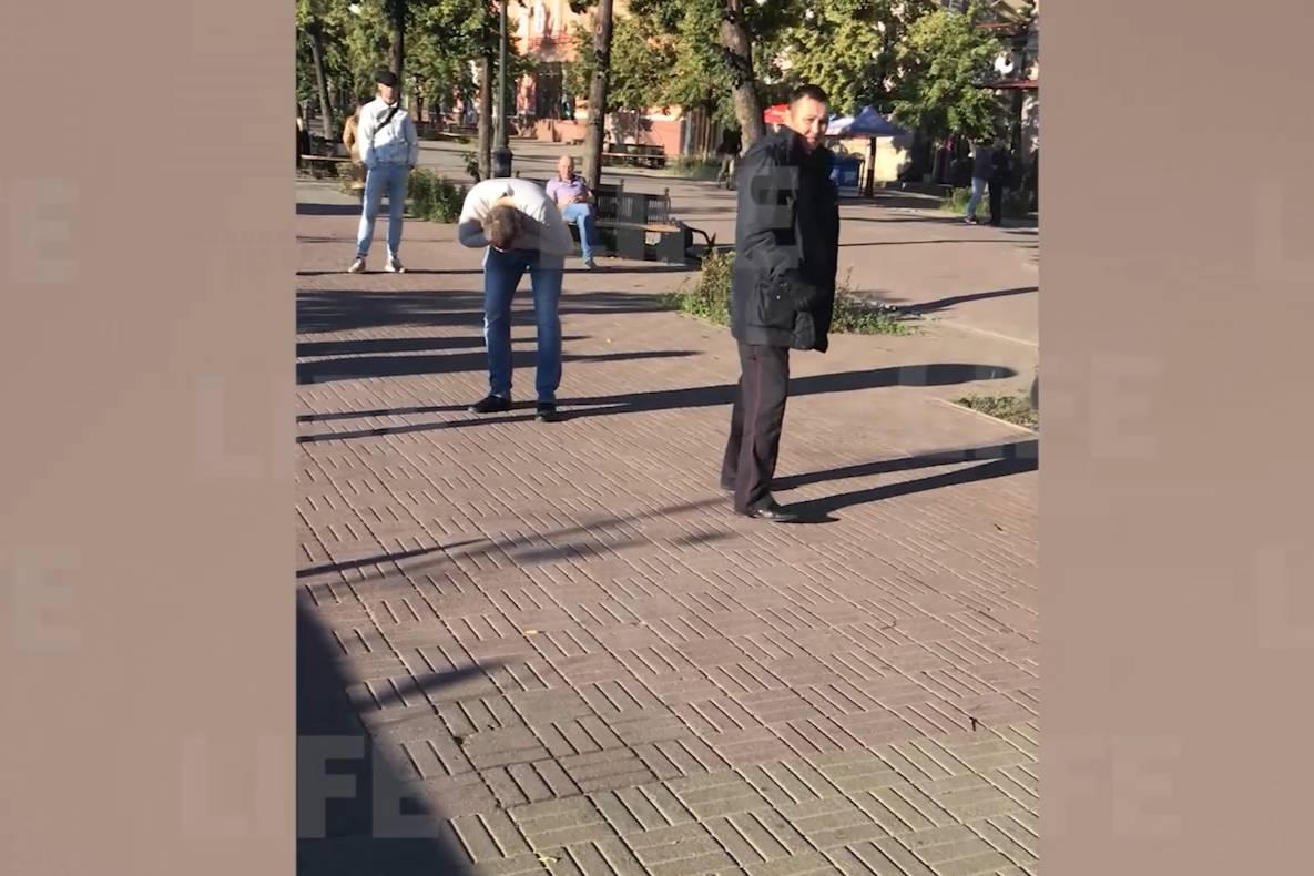 В Челябинске полицейский распылил перцовку в лицо парня, снимавшего задержание