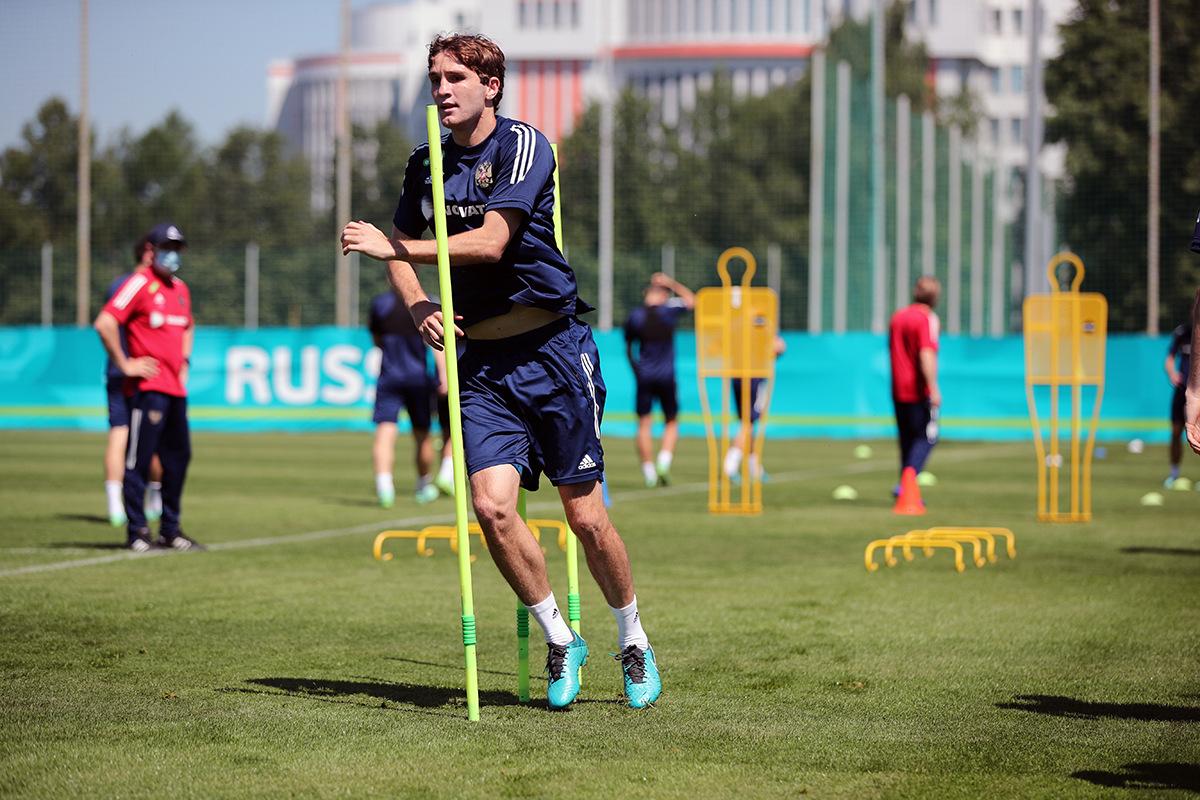 Защитник сборной России Фернандес вернулся в общую группу за день до матча с Данией