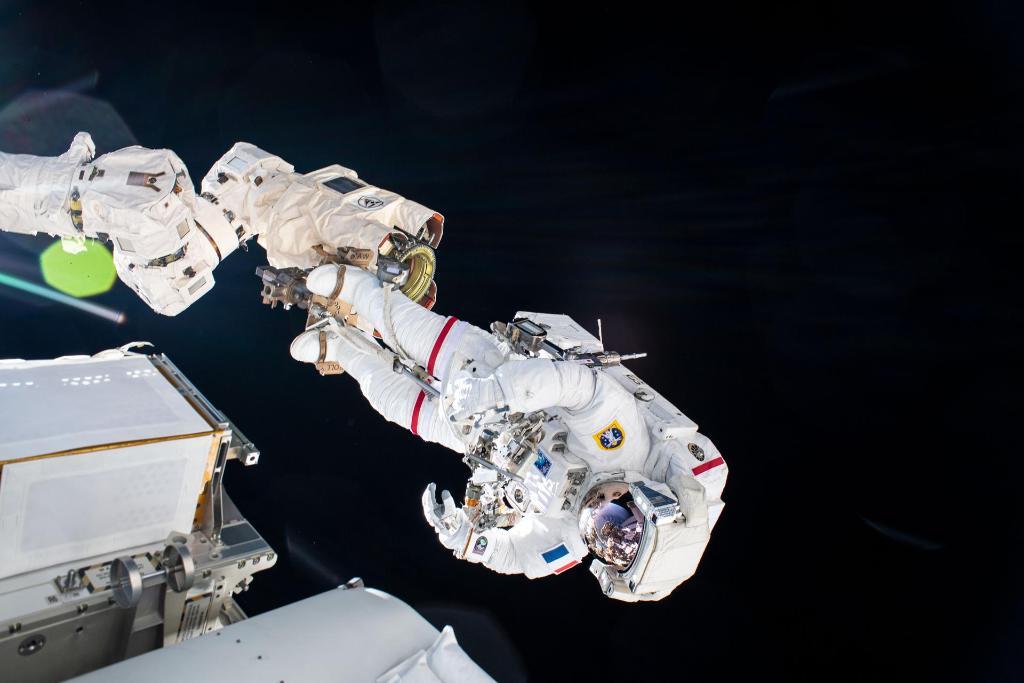 Астронавты вышли в открытый космос для подключения солнечной батареи к МКС